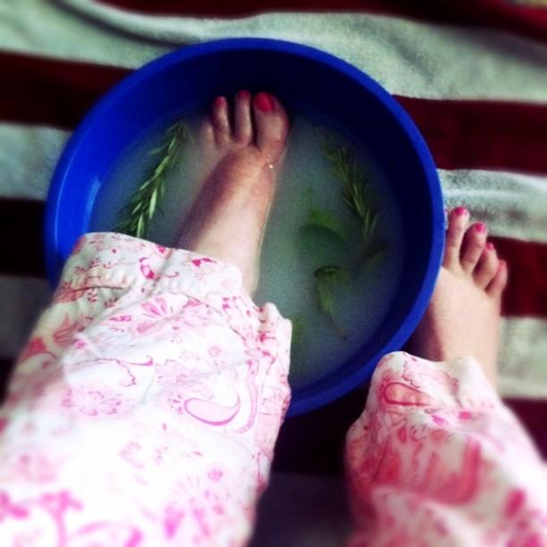 Frau nimmt ein erholendes Fußbad mit Magnesium Öl