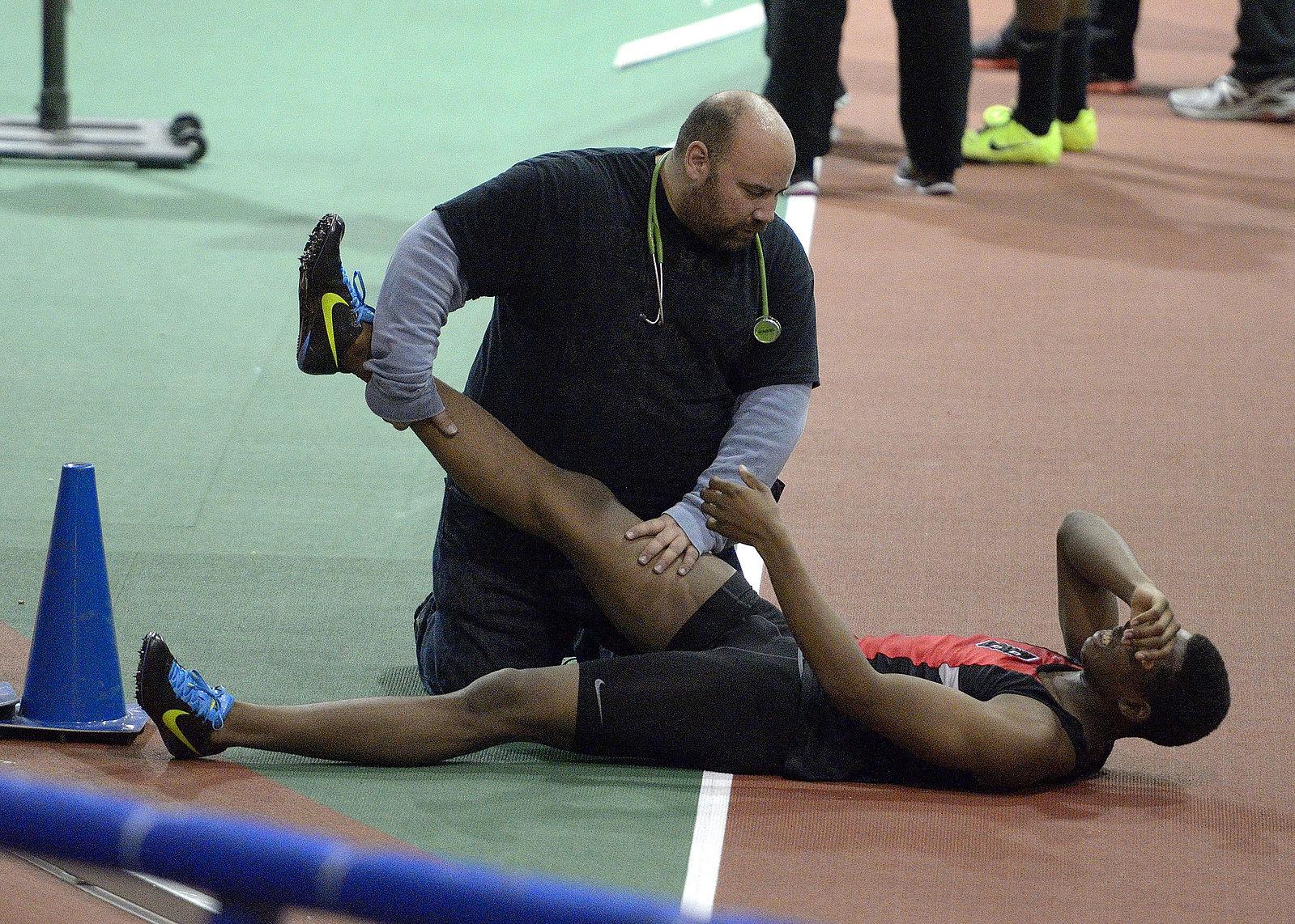 Sportler mit Muskelkrampf